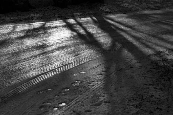 verglas sur la route, reflet su soleil dans la glace, black ice on the road, sun reflection,  © photo dominique houcmant