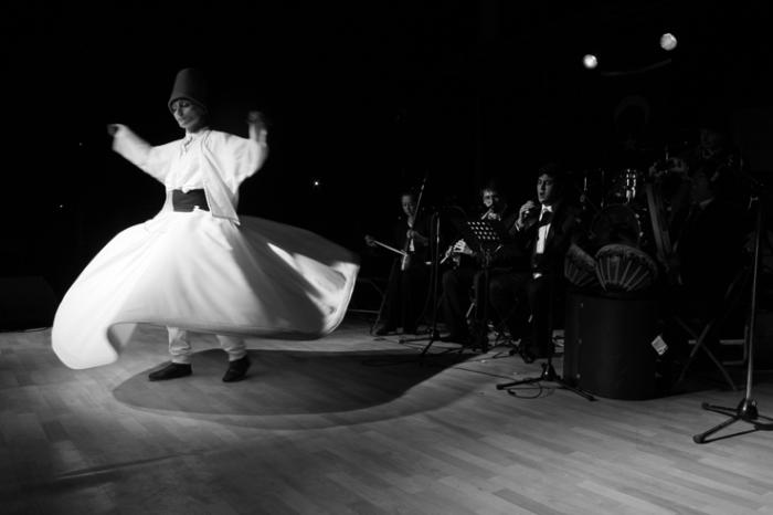 Zeynep İnceoğlu, Derviche tourneur, Mevlevi whirling dervish, photo dominique houcmant, goldo graphisme