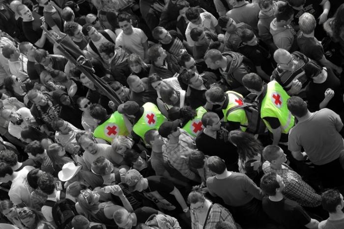équipe de la croix-rouge à la city parade de liège 2012, foule, crowd, © photo dominique houcmant