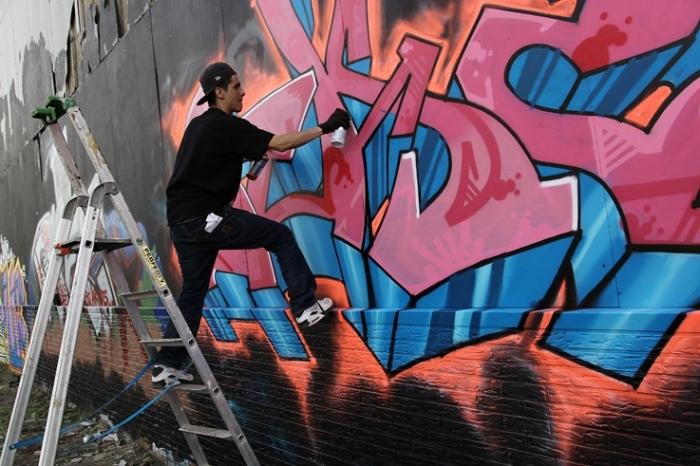 artiste graffeur au travail, graf street artist, Liège Belgique, photo dominique houcmant, goldo graphisme