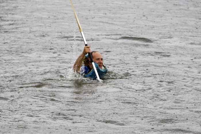 un homme à la mer, 11eme course de Baignoires, Canal de l'Ourthe, Belle-île, Angleur, © photo dominique houcmant