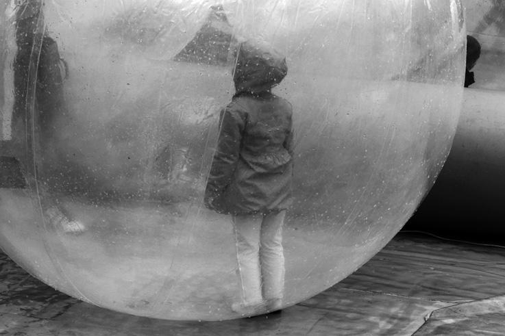 enfant dans une bulle aquatique, aqua bubble, © photo dominique houcmant