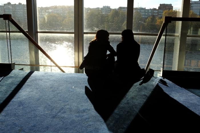 deux filles parlant assise sur un escalier, two girls talking on stairs, contre-jour, backlighting, © photo dominique houcmant