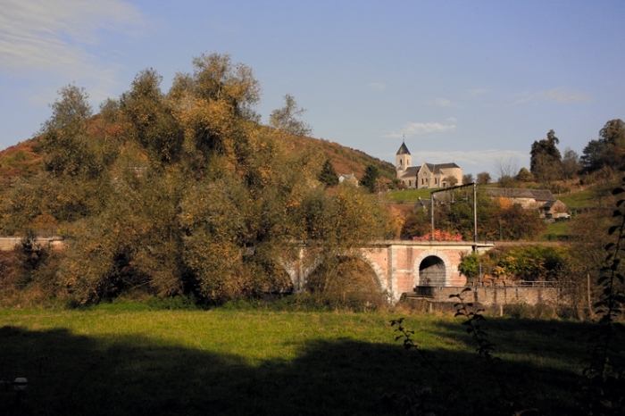 le village de Goffontaine, vallée de la vesdre, pont de chemin de fer et l'église Saint-Monon, paysage, landscape, railroad bridge, church, © photo dominique houcmant
