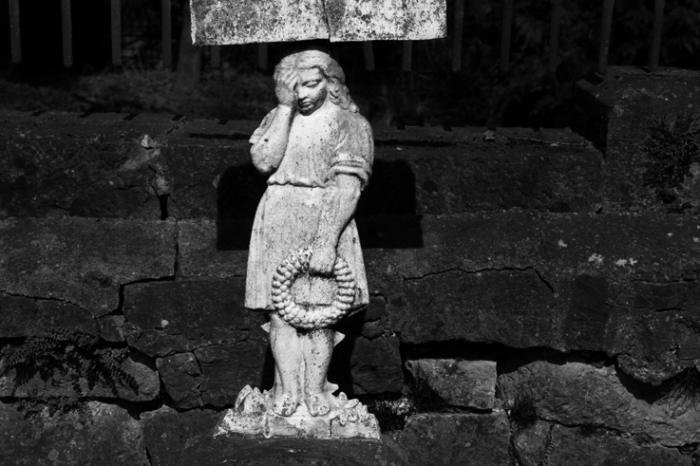 fillette triste, monument funéraire, sad girl, Cimetière de Jenneret Durbuy, Seraing, cemetery, graveyard, photo dominique houcmant, goldo graphisme