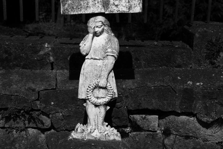 fillette triste, monument funéraire, sad girl, Cimetière de Jenneret Durbuy, Seraing, cemetery, graveyard, photo dominique houcmant, goldo graphisme