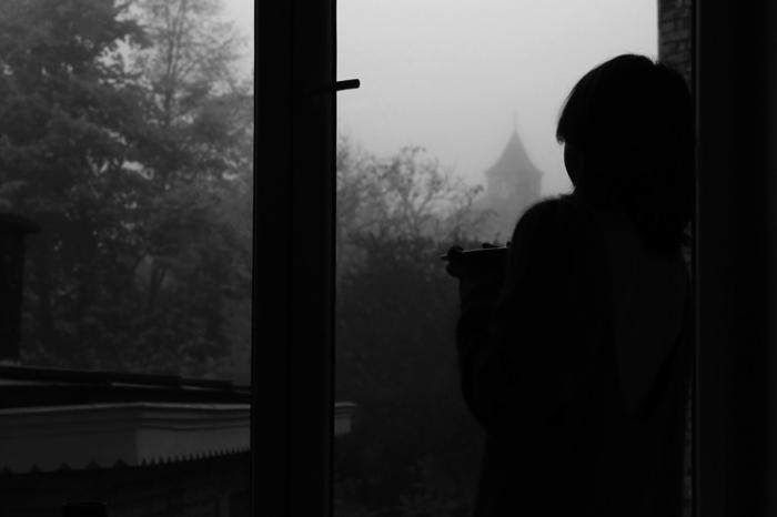 femme à la fenêtre, woman at the window, photo dominique houcmant, goldo graphisme