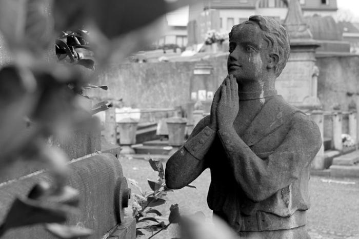 prière, monument funéraire, homme en posture de prière, les mains jointes, Cimetière des Biens Communaux, Seraing, cemetery, graveyard, prayer, photo dominique houcmant, goldo graphisme