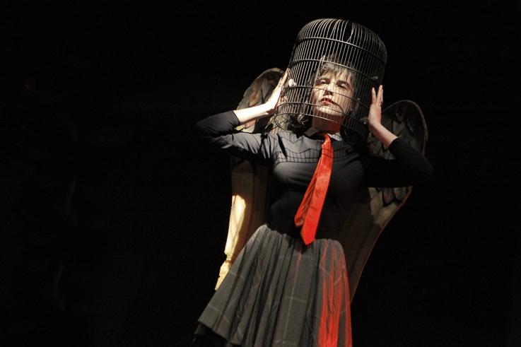 femme avec une cage d'oiseau sur la tête, Compagnie de La Gare, lecture, spectacle, © photo dominique houcmant