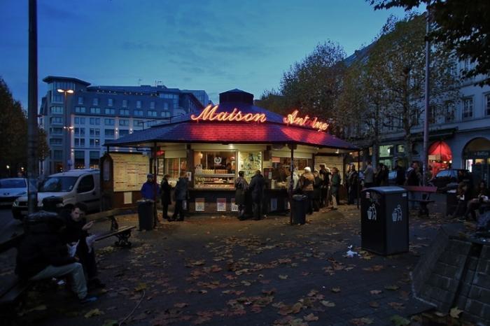 maison antoine, friterie, fritkot, place Jourdan, bruxelles, belgique, frite, french fries, stall, photo dominique houcmant, goldo graphisme