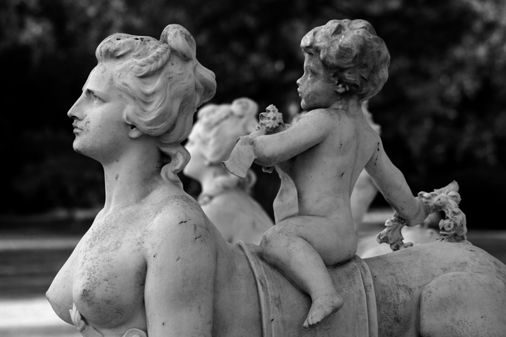 statue de sphynge chevauchée par un amour, putto, putti, jardin, parc de bagatelle, folie d'artois, paris, France, folie d'artois, buste de femme, female sphinx, photo dominique houcmant, goldo graphisme