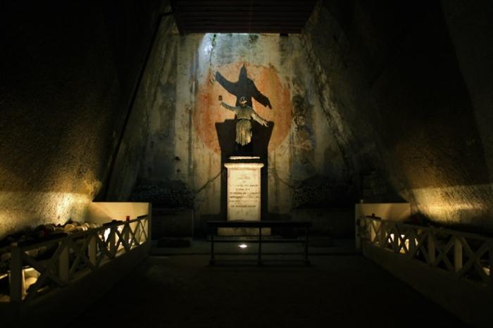 statue de don francesco, Cimitero delle Fontanelle, Napoli, Naples, cimetière, cemetery, ossuaire, ossuary, Italia, Italie, Italy, © photo dominique houcmant
