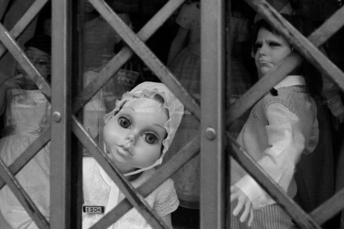 mannequins bizarres dans la vitrine d'un magasin de vêtements pour enfants, Stange models in the shop window of a clothing store for children, © photo dominique houcmant