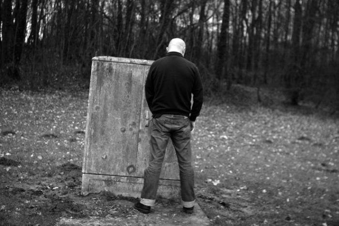 un homme pisse, fait pipi le long de la route, a man peeing on the side of the road, pee break, © photo dominique houcmant