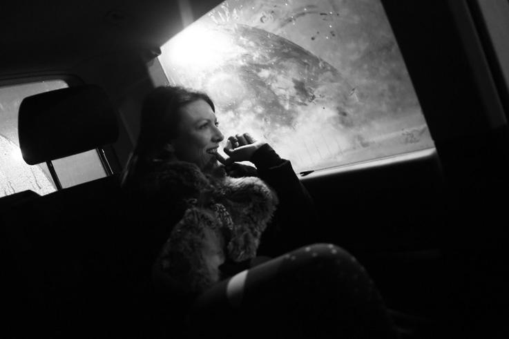femme assise à la fenêtre du taxi, Woman looking through a car's window, photo dominique houcmant, goldo graphisme