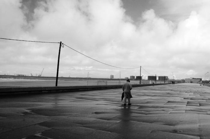 homme dans le vent sur la digue, a man in the wind, ocean atlantique, Avenida do General Norton de Matos, Matosinhos, Porto, Portugal, © photo dominique houcmant