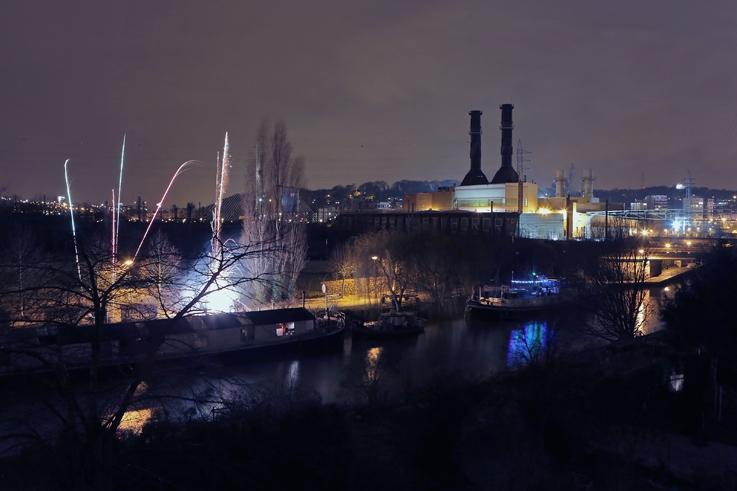 photo feu d'artifice du nouvel an sur le canal de l'Ourthe et centrale électrique spe, angleur, Liège, Belgique, new year fireworks, photo dominique houcmant, goldo graphisme