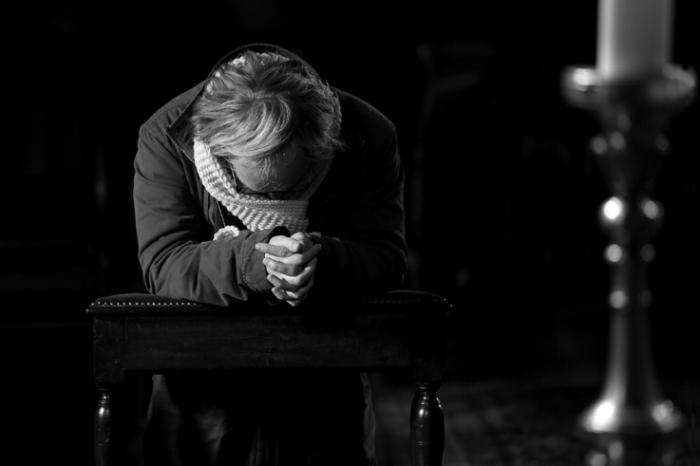 prière, prayer, un homme prie à genou dans une église, man down on bended knee prays alone in church, photo dominique houcmant, goldo graphisme