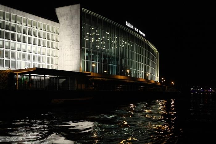 nocturne sur la Meuse et le palais des congrès de Liège