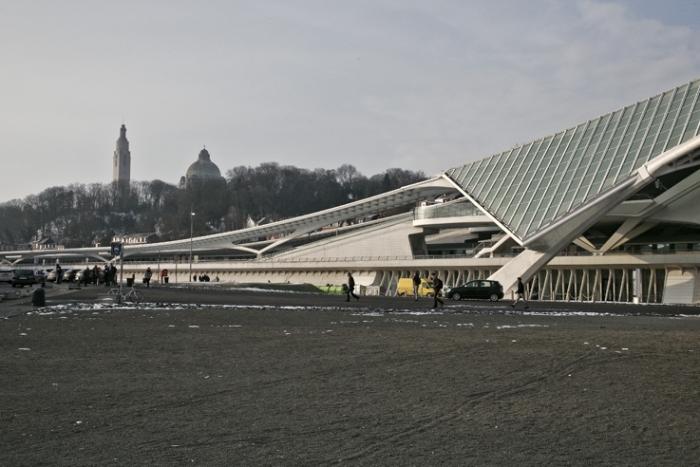 photo de  la gare des guillemins et de la basilique Cointe et de la tour du monument Interalliés Liège, Belgique, photo dominique houcmant, goldo graphisme