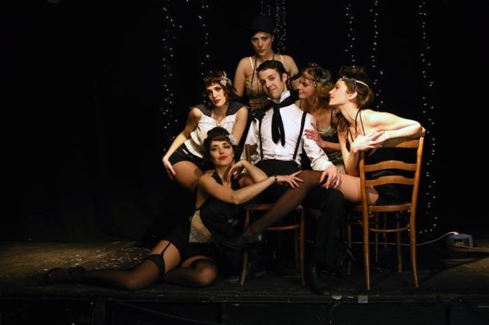 le cabaret de la femme allemande, troupe de danseuses et chanteuse et chanteur, photo dominique houcmant, goldo graphisme