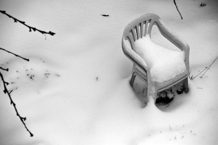 chaises de jardin empilable en plasqique sous la neige, garden chairs under the snow, photo dominique houcmant, goldo graphisme
