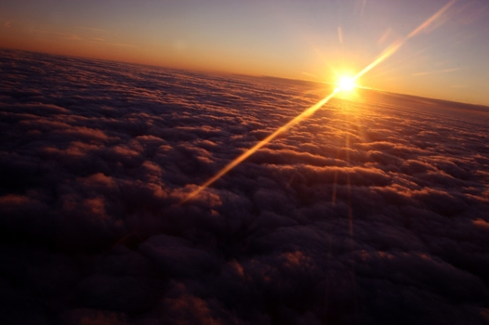 soleil au dessus des nuages, crépuscule, coucher de soleil, sun over the clouds, sunset, derniers rayons, last sun ray, © photo dominique houcmant