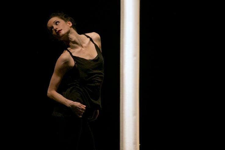 Emilie Assayag, danseuse, dancer, Clear Tears   Troubled Waters, Thierry Smits, Compagnie Thor, Caserne Fonck, Théâtre de la Place, Liège, photo dominique houcmant, goldo graphisme