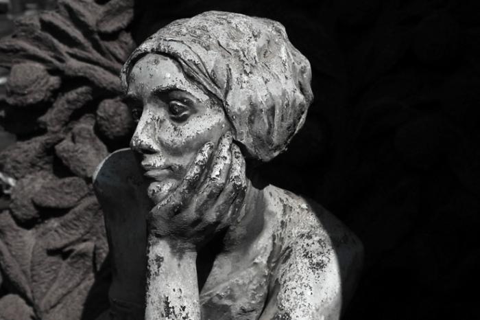 statua di donna, Cimitero Monumentale di Milano, cimetière, cemetery, Milan, Italia, Italie, Italy, statue, monument funéraire, © photo dominique houcmant