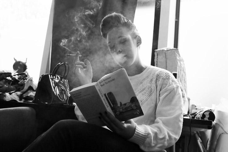 fille qui fume lisant un livre, smoking girl reading a book, © photo dominique houcmant