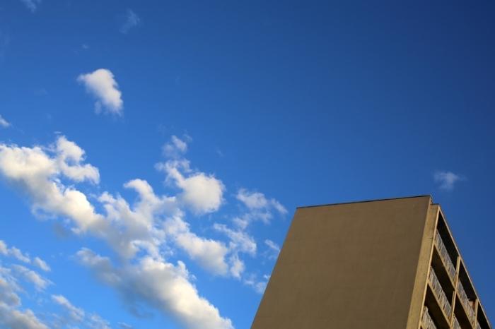 ciel bleu nuageux, cloudy sly, nuages, clouds, angleur, au dessus des buildings, © photo dominique houcmant