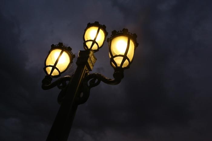 reverbère, lampe du pont de fragnée à Liège, ciel noir, orage, nuages, sky, clouds, storm, © photo dominique houcmant