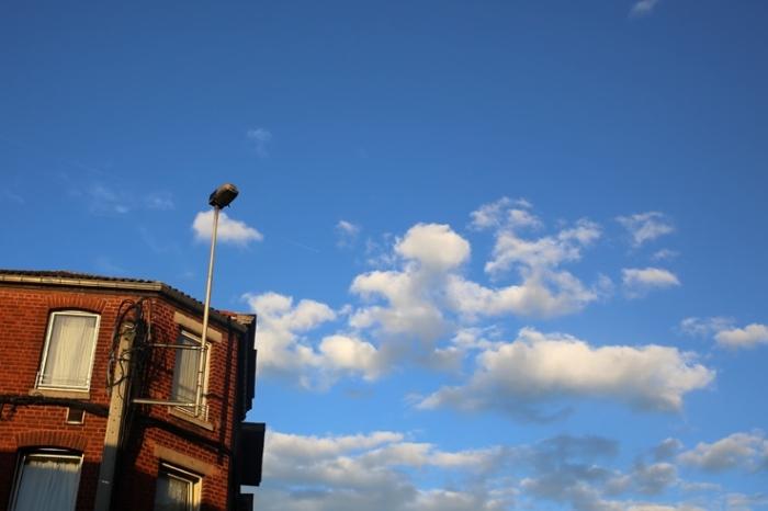 ciel bleu nuageux, cloudy sly, nuages, clouds, angleur, au dessus des maisons, © photo dominique houcmant