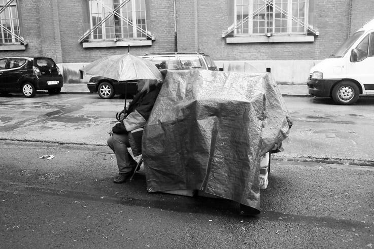 brocante de saint-pholien, marchande sous la pluie, Liège Outremeuse, junk market, © photo dominique houcmant