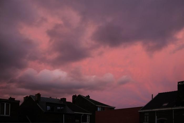 ciel rose sur la ville de Liège, pink sky, pink, crépuscule, sunset, par dessus les toits, © photo dominique houcmant