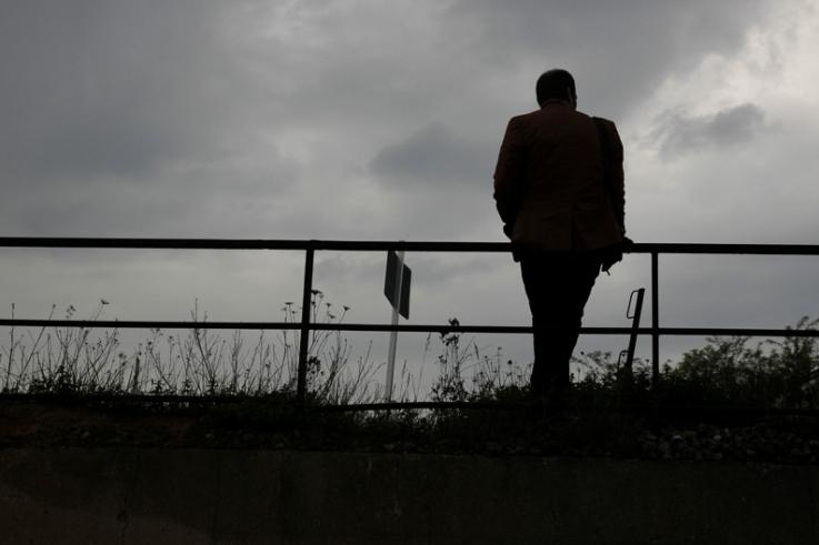 l'homme de dos qui regardait passer les voitures, man who watched cars go by, photo dominique houcmant, goldo graphisme