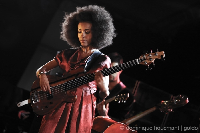 Esperanza Spalding, bass, basse, live, concert, music, Comblain Jazz Festival, 2013, portrait, foto, photo dominique houcmant, goldo graphisme