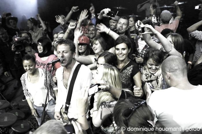 dEUS, les ardentes festival, liège, live, concert, invasion de la scène, © photo dominique houcmant