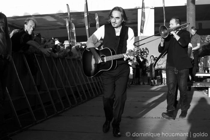 Stephan Eicher en route vers le public, noir et blanc, music, concert, live, chanson française, Ronquières festival, Belgique, photo dominique houcmant, goldo graphisme
