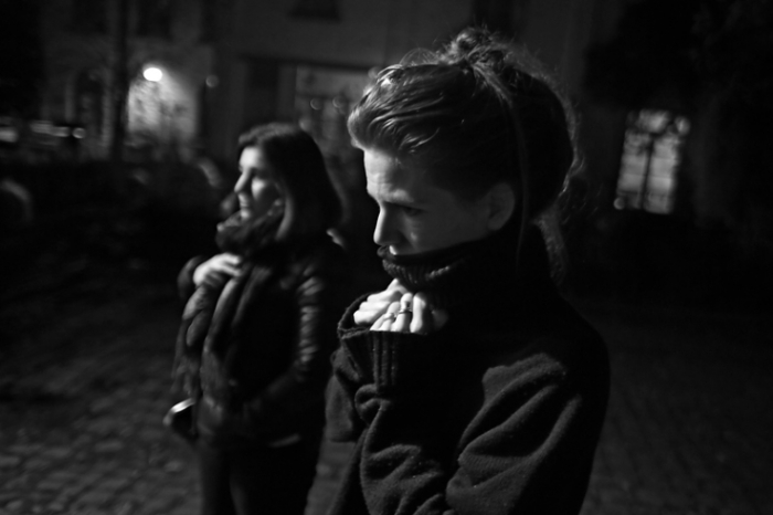 photo de femme qui a froid, nuit, hiver, pull, woman feeling cold outdoors  and holding her turtleneck, night,  photo dominique houcmant, goldo graphisme