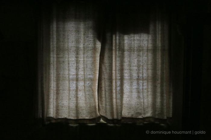 rideaux tirés, fermés, tentures, closed curtains, window, fenêtre, © photo dominique houcmant