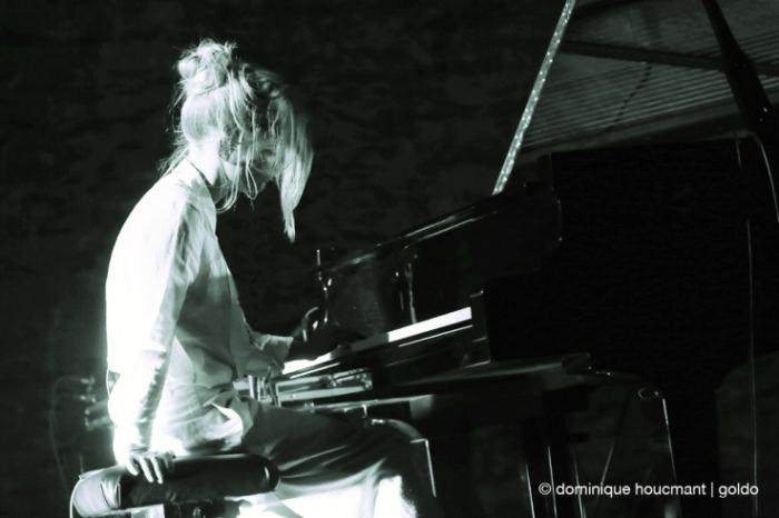 Agnes Obel au piano, Agnes Caroline Thaarup Obel, music, aventine, concert, live, forum de liège, Liège, photo dominique houcmant, goldo graphisme