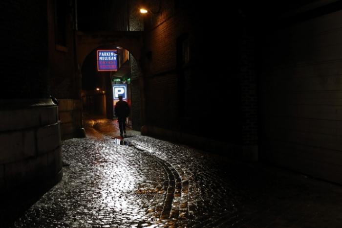 passage Charles Bury, Liège, parking Neujean, sombre ruelle, dark passage, Liège, nuit, l'ombre d'un homme, pavés mouillés, © photo dominique houcmant