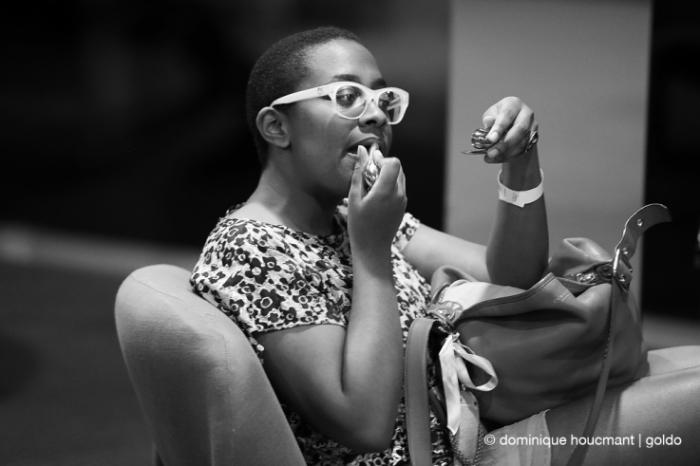 Portrait Cécile McLorin Salvant, maquillage, jazz, music, femme se maquillant les yeux, chanteuse, singer, festival Mithra jazz à Liège 2014, foto, photo dominique houcmant, goldo graphisme