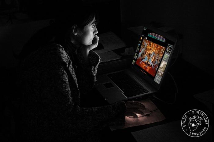 Fille devant un écran d'ordinateur