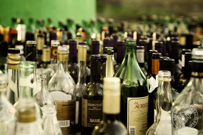 amoncellement de bouteilles vides. Collecte de verre,