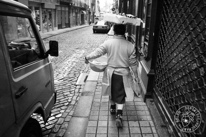 femme, caisse, poisson, rue, porto, mercado do Bolhão